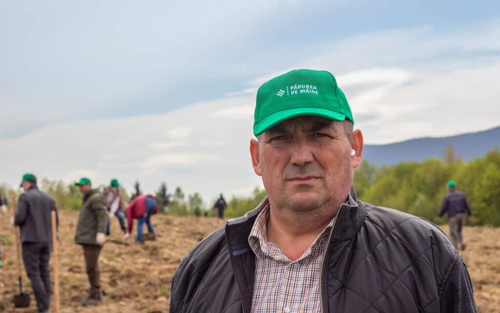 Zachiu Popa, primarul Comunei Dumbrăvița, este mândru că poate lăsa moștenire o pădure nouă.